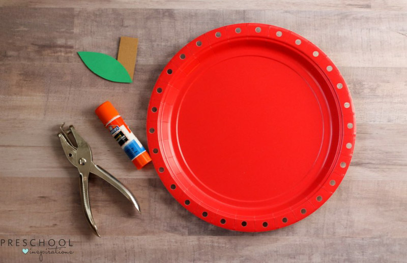 Paper plate lacing activity for preschoolers this fall
